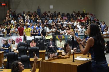 Reunião cojunta de CECE e CEDECONDH sobre manifestações político-partidárias nas escolas privadas de Porto Alegre. Na foto, a vereadora Fernanda Melchionna.